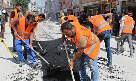 Niksar'da Belediye Asfalt Yama Çalışması Yapıyor