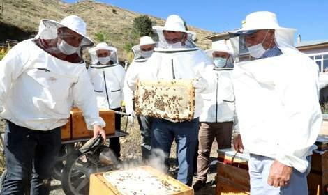 Vali Ozan Balcı, bal hasadına katıldı